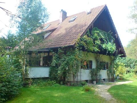 Altötting/Obb近くのロマンチックな古い森の家。