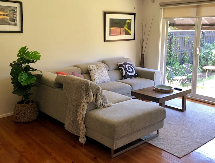 2B Cosy Home w Garden. Walk to Shops/Station