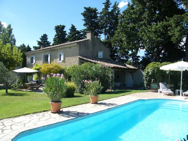 Very beautiful Provencal Mas with pool, in the country, between Cavaillon and l'Isle sur la Sorgue - Sleeps 10