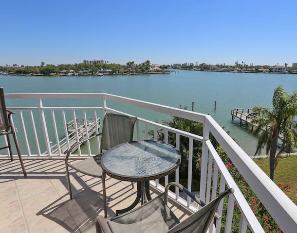 Amadeus 10 Water Views /Central location / Walking distance to BEACH ACCESS