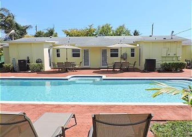 LARGE DUPLEX 3/3 FOR 8 HUGE POOL & YARD **1114 - Hollywood - House