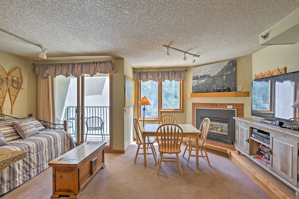 This studio comfortably sleeps 4 guests and features modern amenities and plush furnishings.