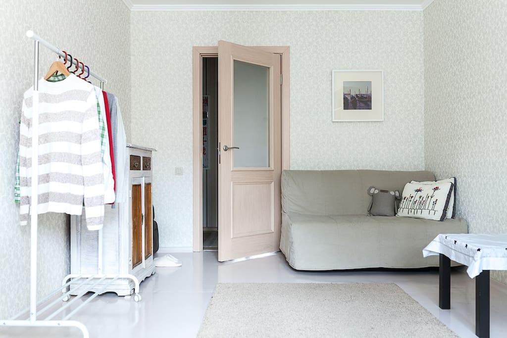 В качестве спального места предусмотрен диван с удобным матрасом.
