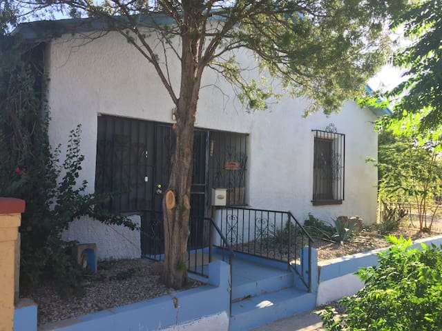 Historic Home in Central Tucson. 10 min Walk.