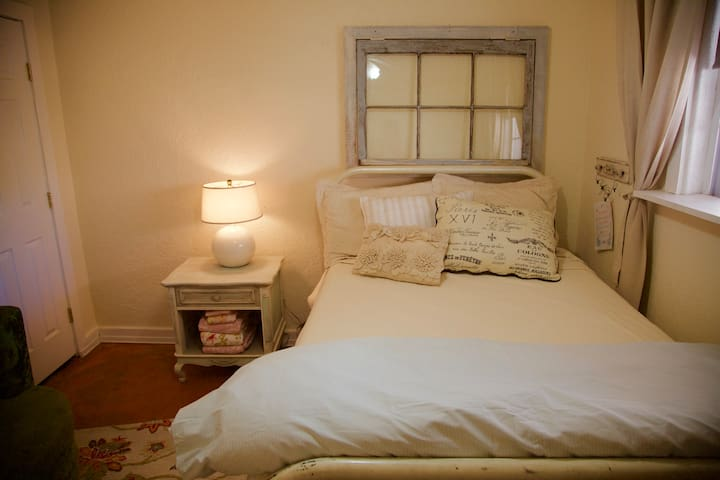 PERHAPS PARIS double bed waiting for you - Albuquerque - Bed & Breakfast
