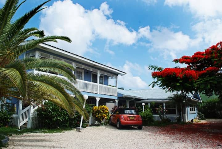 3 Bedroom Cottage 1 Minute to Beach