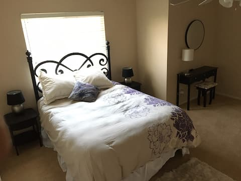 Large private room with queen bed near Galleria.