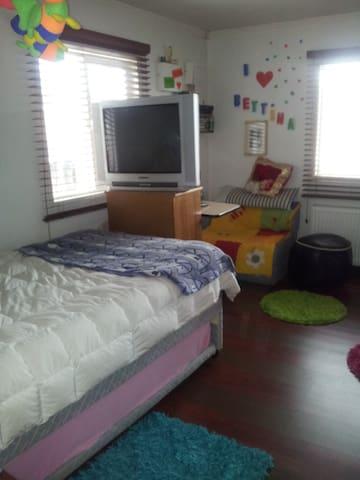 Habitación muy cómoda, con calor de hogar.