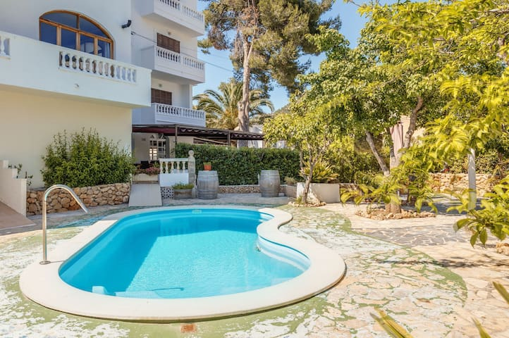 Cosy Holiday Apartment La Cabanya with 2 Bedrooms, Balcony, Wi-Fi, Terrace & Shared Pool; Street Parking Available