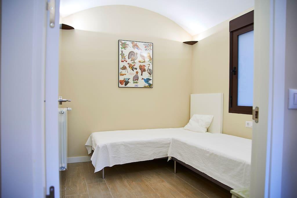 Dormitorio dentro de un cuarto abovedado.