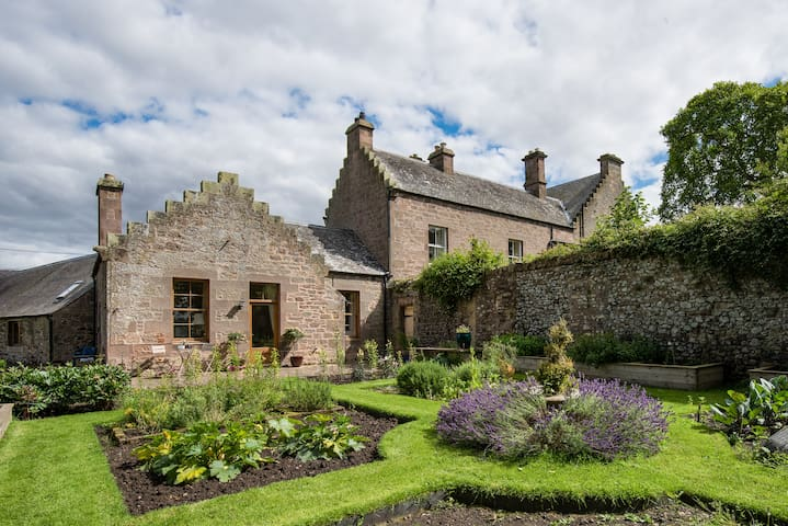 Luxury Scottish Borders cottage ,great views,pets.