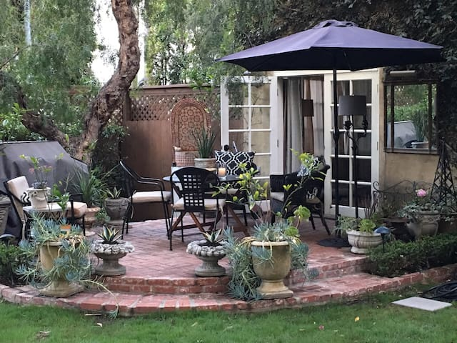 Beverly Hills Adj. Garden Hideaway (private entry)