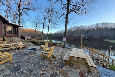 Private 12 acre lake & island, 80 acres & hot tub!