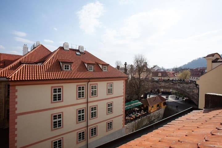 Cozy studio apartment w/ view on Charles Bridge