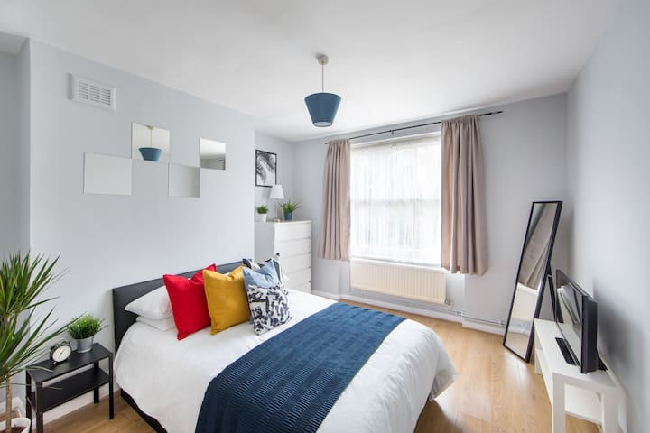 Modern Double Bedroom close to the EuroStar