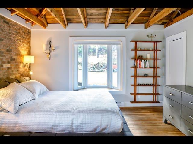 La chambre est douillette, avec un grand lit Queen.   Oreillers moelleuses et literie de haute qualité!
