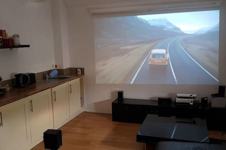 Flat in the heart of Cheddar with projector