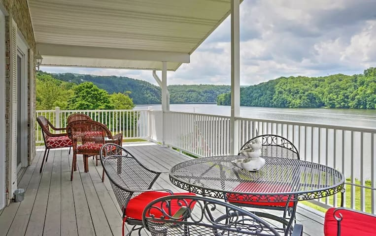 'Lake Vista Retreat' 4BR Claytor Lake House - Hiwassee - House