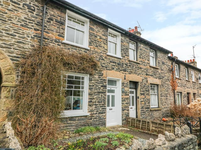 FELL VIEW, pet friendly, with a garden in Sedbergh, Ref 972394