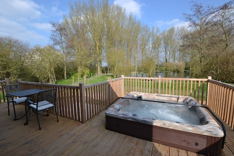 Kingfisher Luxury Lodge with Sauna & Hot Tub