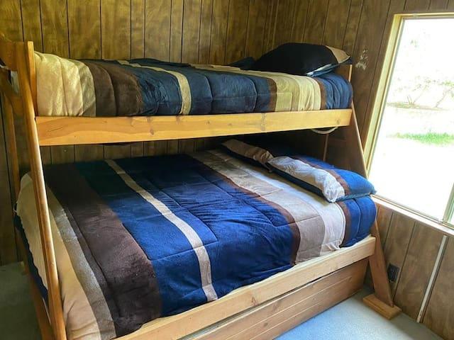 Litera triple, 2 camas individuales y una matrimonial, closet muy amplio y vista al jardín.