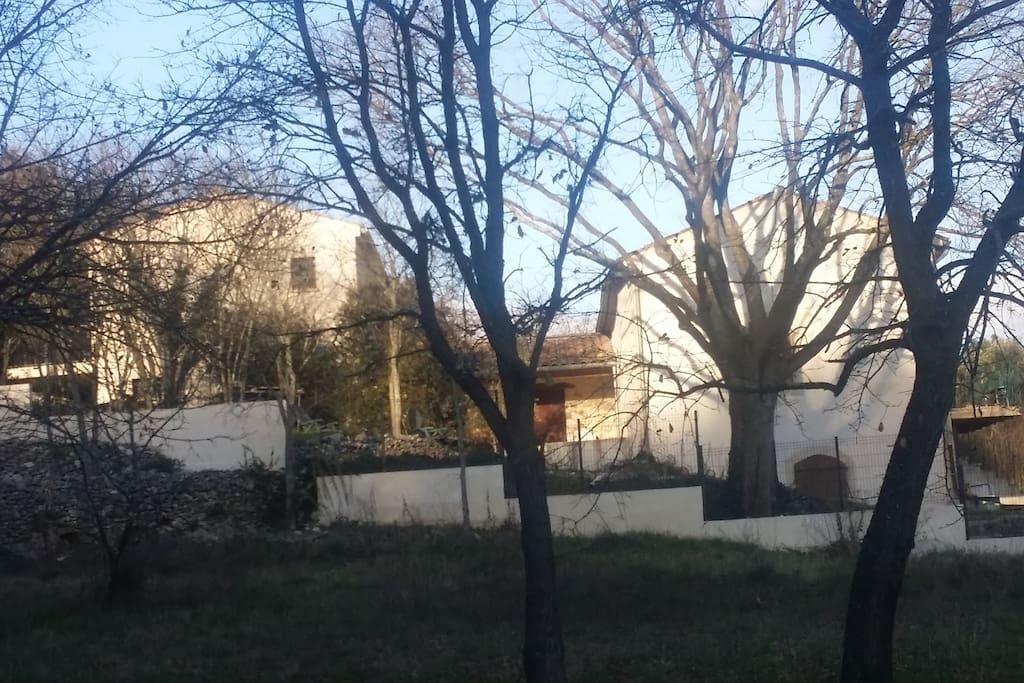 Tussen het oude (rechts) en het nieuwe huis ligt het bijgebouw met 2 eenvoudige extra slaapkamers