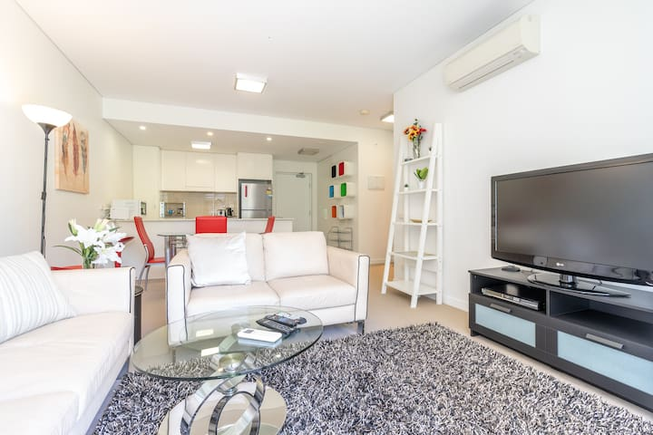 Ω 1BR Flat in a Quiet Uptown Area in Phillip Ω