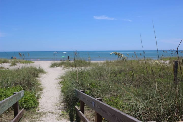 **Spring Discount** Cozy Bungalow 2 blocks from the BEACH, near Kennedy Space Center, Port Canaveral