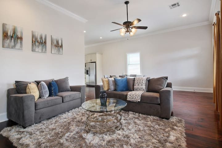 Perfect Space For Entertaining!!! (Ideal For Large Groups)