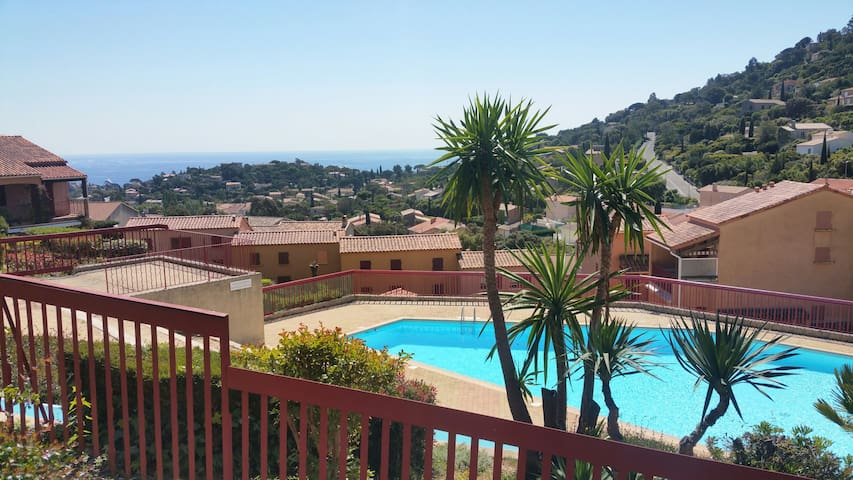 Beau duplex en maison individuelle avec piscine - Кавалер-сюр-Мер - Дом
