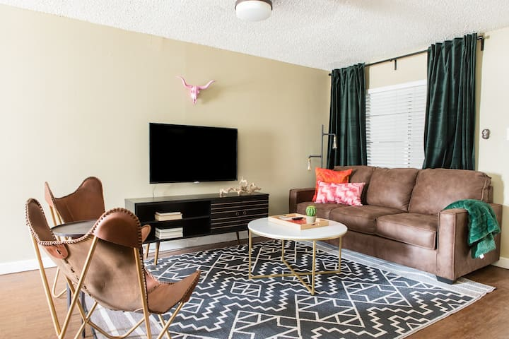 Cozy 2BR in Central Austin #258 by WanderJaunt