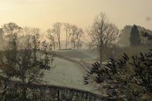 De dijk bij het huis in de winter
