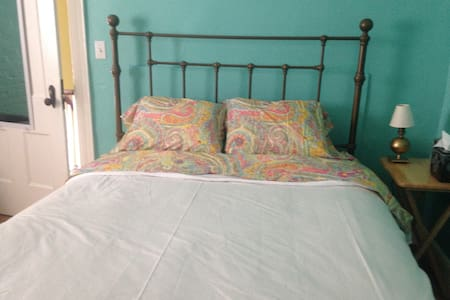 Lovely bedroom in old village home - Rhinebeck