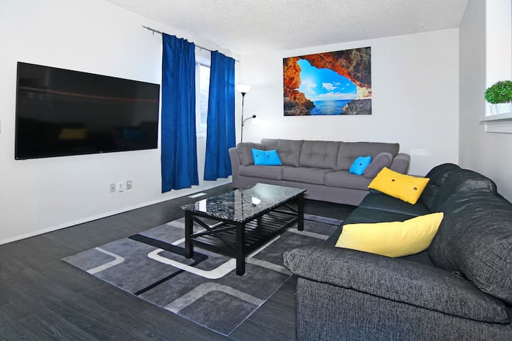 Roomy 7BR, sleeps 19, 5mins to DT, walk to  CTrain - Calgary - Casa