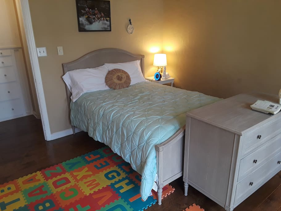 4th Bedroom: Full-size bed