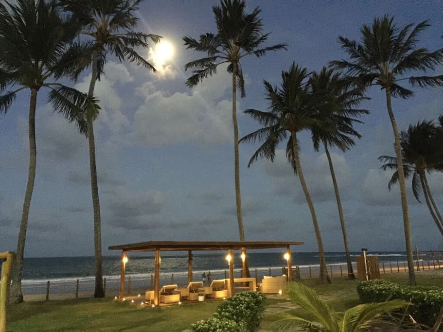 Vista noturna do apartamento para a praia! Linda noite de lua cheia!!