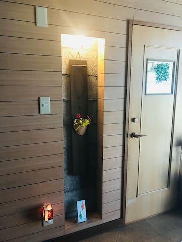 玄関横の飾り台