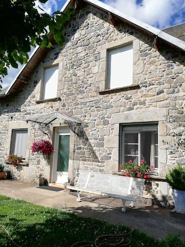 Maison correzienne en pierre.