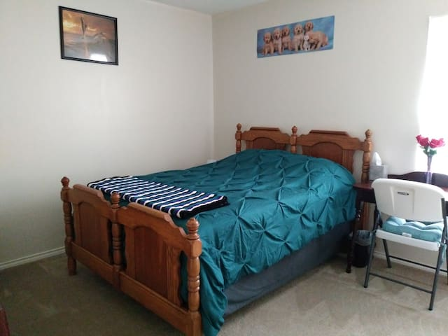 Spacious room in quiet League City neighborhood