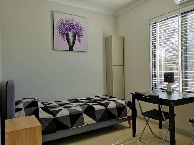 Private room in newbuilt house at Collaroy beach