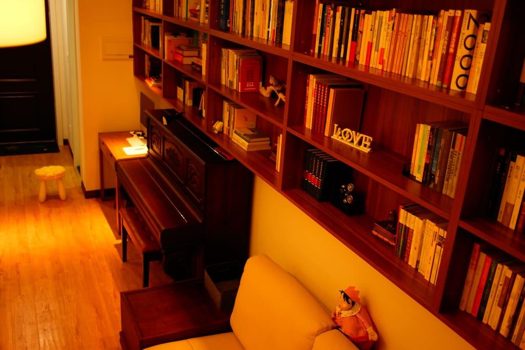 你可以将它当作书房,客厅有钢琴,有近600本书。