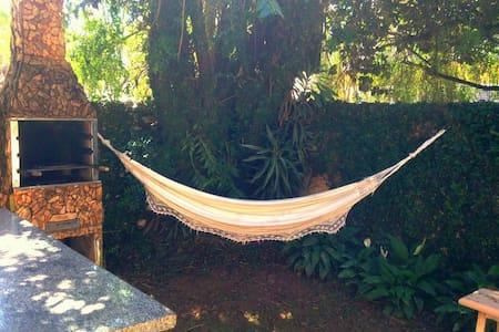 Suíte Arejada em Casa com Jardim