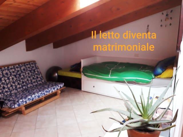 Camera per gli ospiti, il letto può essere singolo o matrimoniale all'occorrenza. Durante la stagione estiva abbiamo il deumidificatore in funzione.