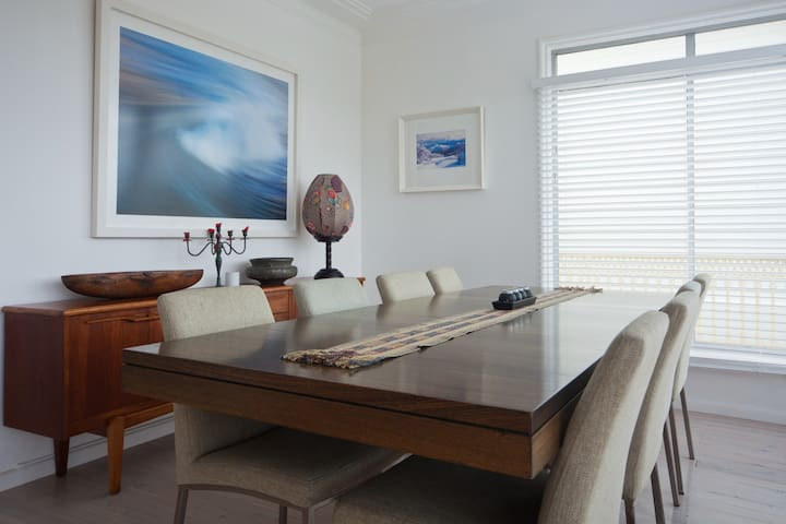 Family home metres to surf beach - Curl Curl