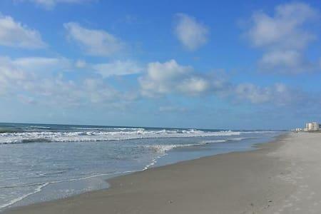 Beachfront Condo! Cocoa (Orlando's) Beach, Fl - 코코아 비치(Cocoa Beach)