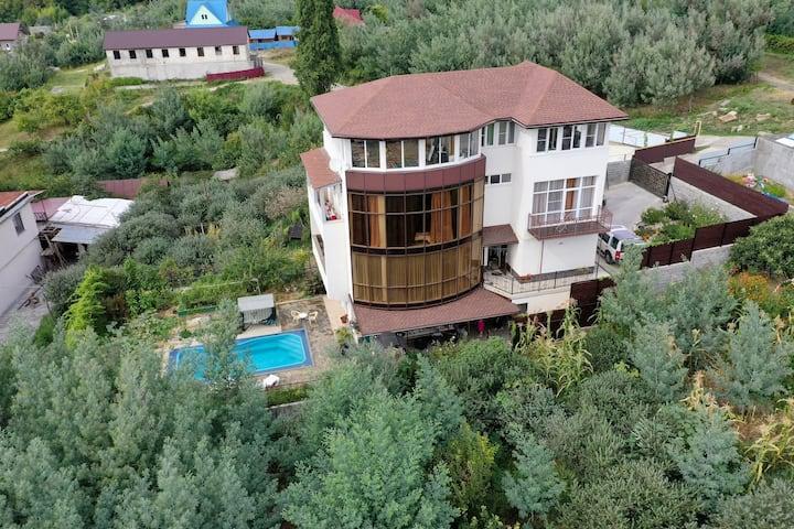 Дом в живописной горной деревне вблизи от моря