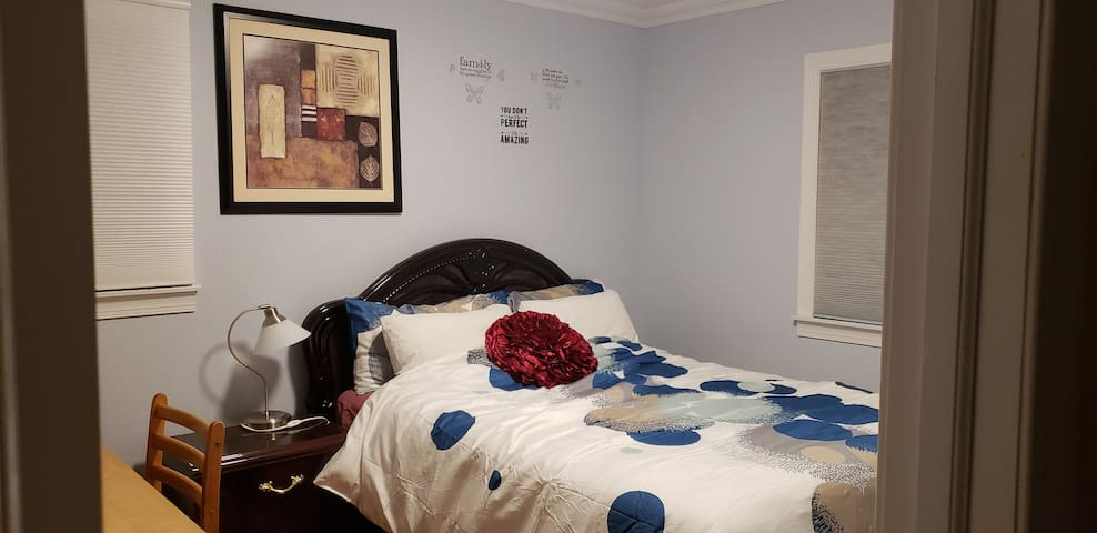 Super Clean Rm W/Queens Size bed(Suite 3)in ,L.I.