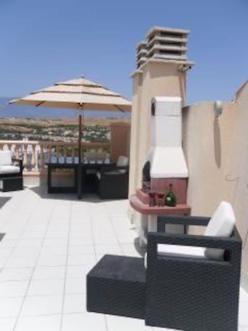 Large spacious top terrace offering all day sun.