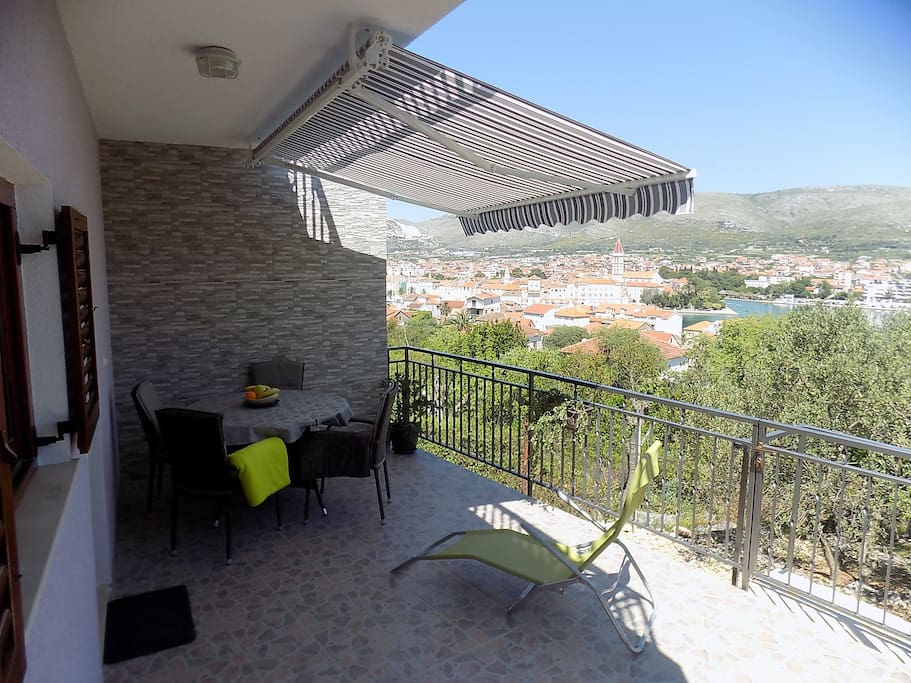 Furnished balocony with beautiful views of the city, the sea, the mountains and the natural garden