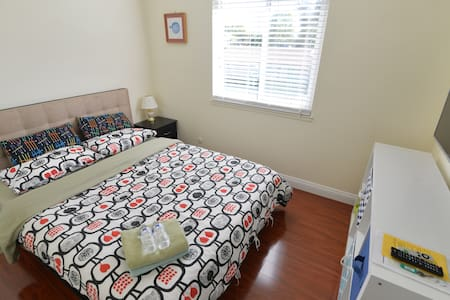Private and Clean Room only 7 minutes to Disneylan - Anaheim